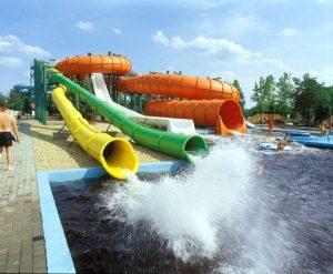 A csúszdapark sokféle szórakozással vár. - Hajdúszoboszlói strand kontra Balaton